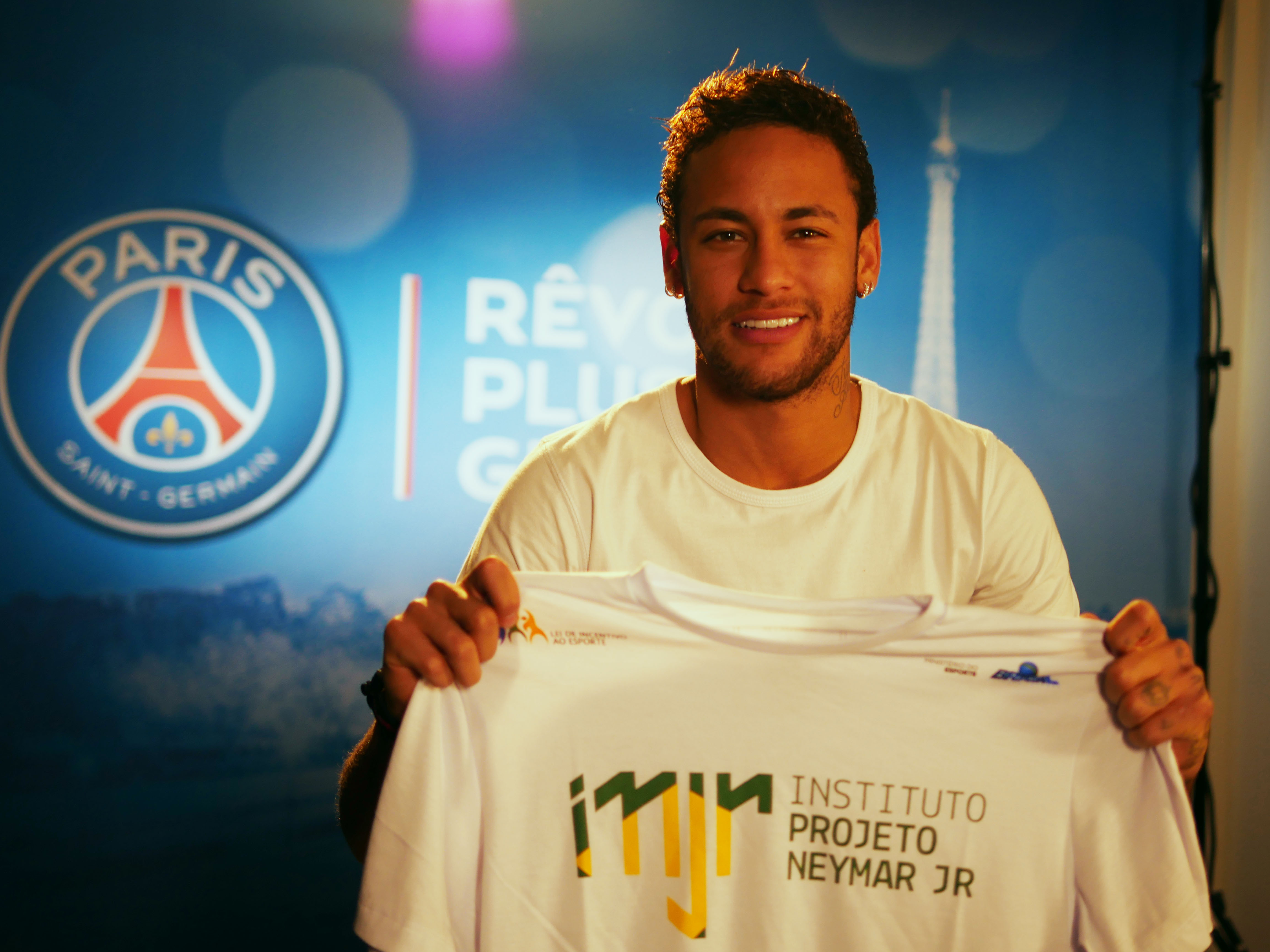Neymar Jr. promotes secret Santa between players and children of the  Instituto Projeto Neymar Jr. 47eaf03706052