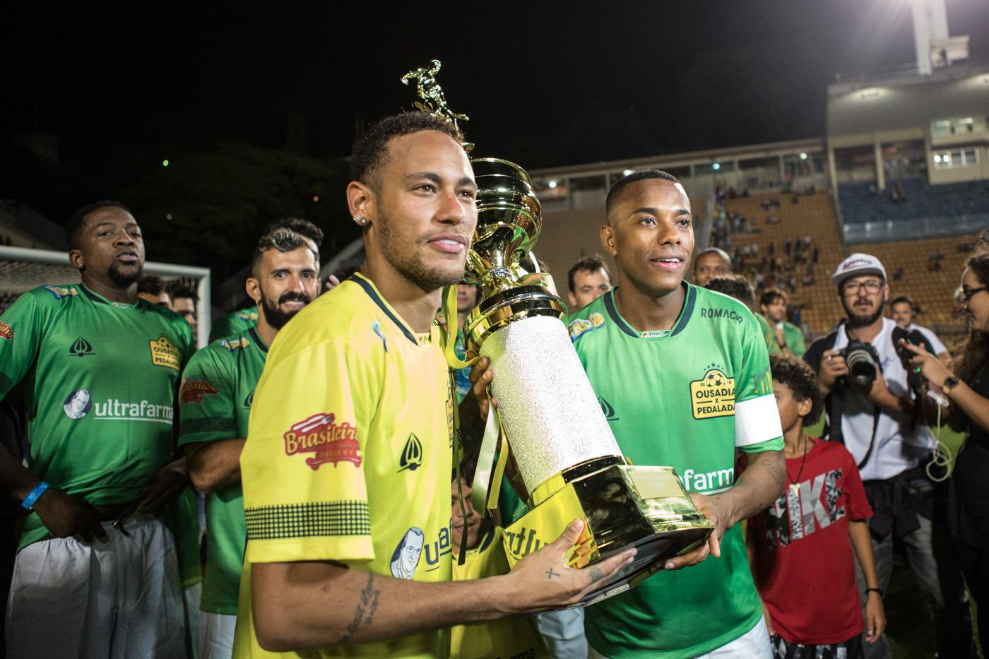9b67b247bb Neymar Jr. e Robinho dão show em jogo beneficente