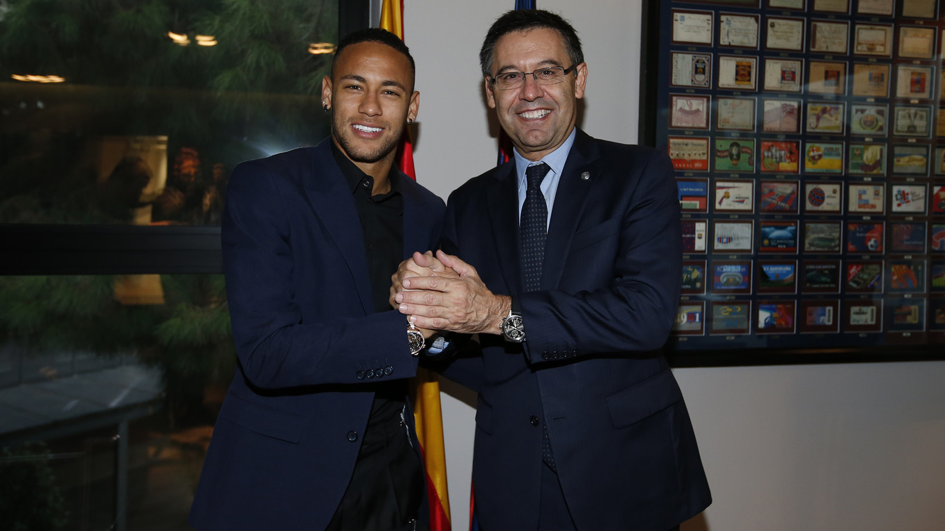 Neymar Jr signs the contract renewal with FC Barcelona 3d2cc9491b91a