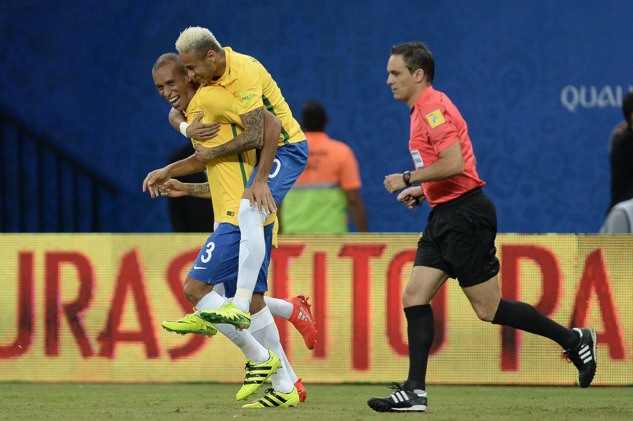 20 minutes and things started to lose pace in the pitch. Brazil kept the  control of the game 024f694dbc948