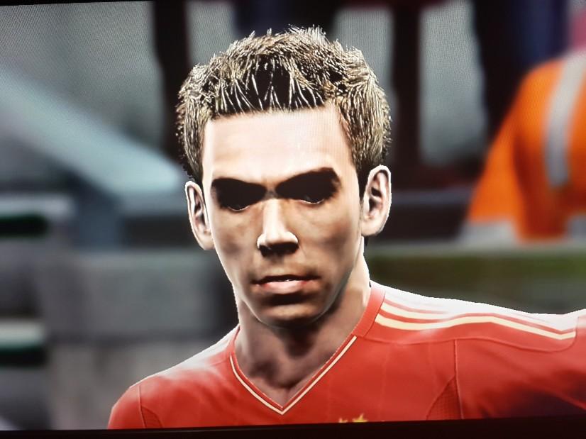 Esse é o jogador Lahm do Bayer de Munique, no jogo PES 2013