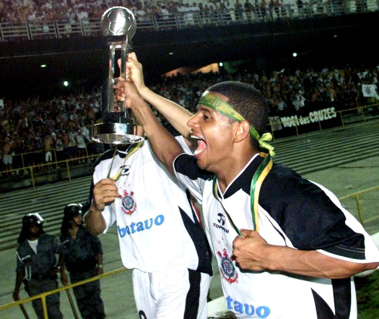Marcelinho Carioca, com a taça em mãos, comemora a conquista do Mundial - Otávio Magalhães/Estadão Conteúdo