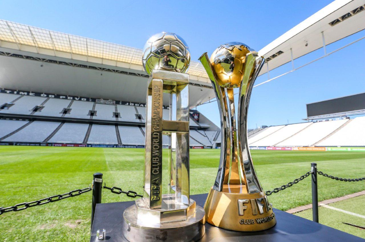 As taças conquistadas pelo Corinthians nos mundiais de 2000 e 2012 - Bruno Teixeira/Ag.Corinthians