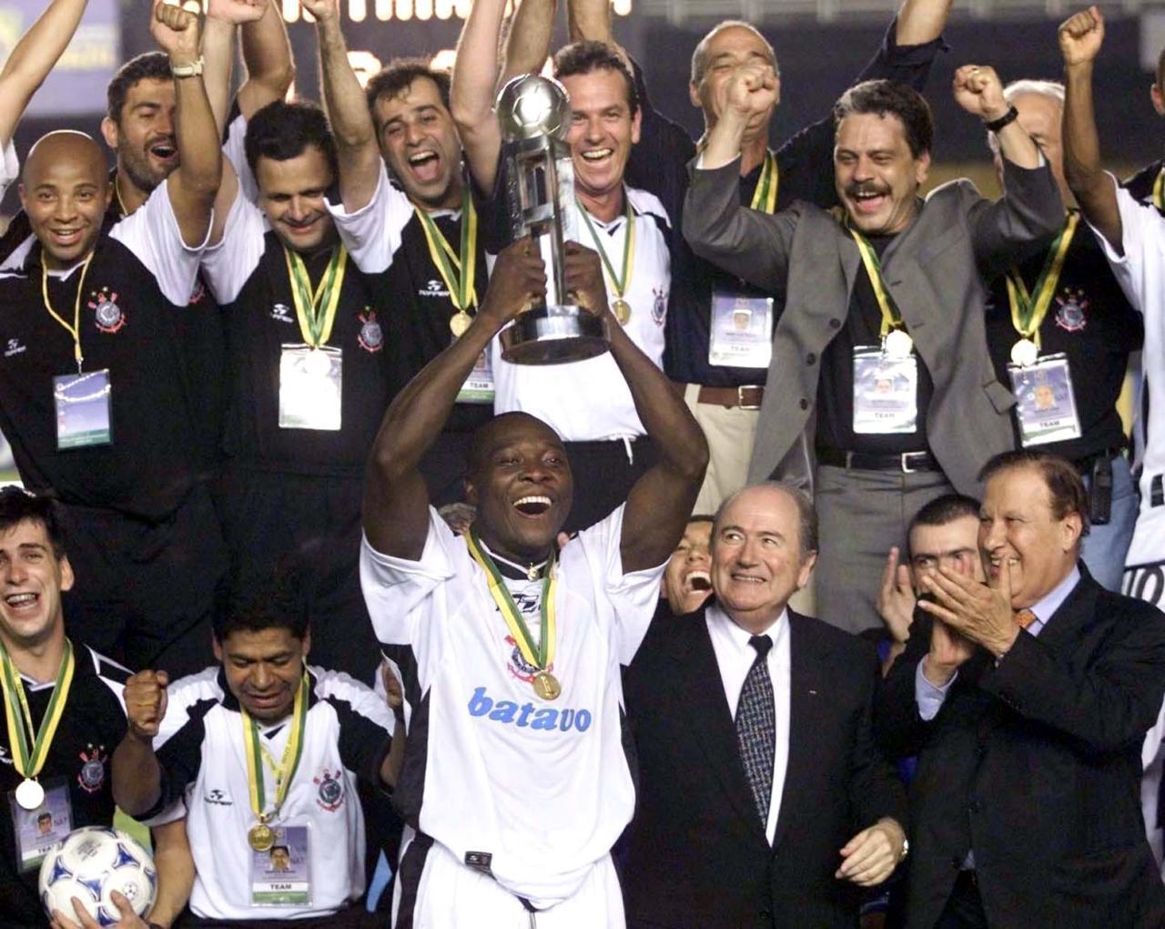 Rincón levanta a taça de campeão do mundo da Fifa em 2000 - Otávio Magalhães/Estadão Conteúdo