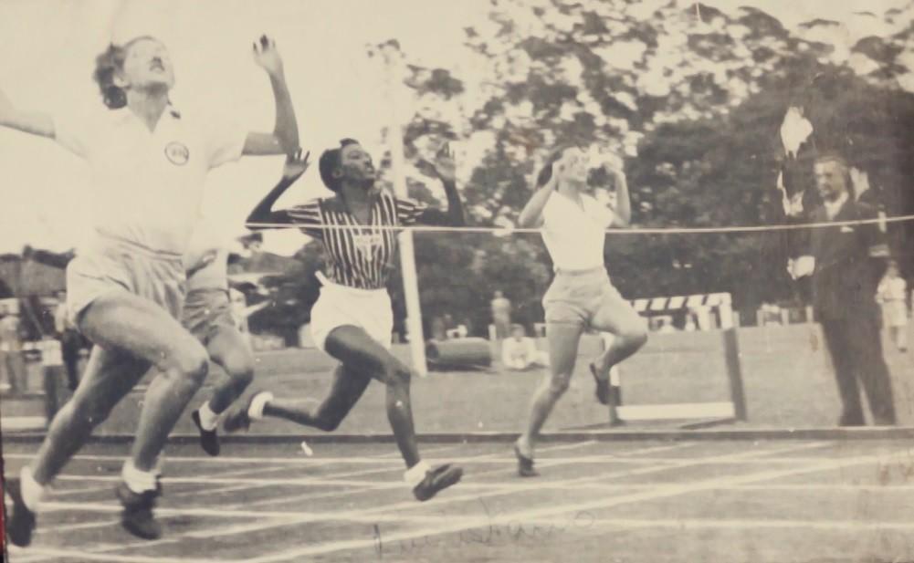 Melânia, ao centro, com uniforme tricolor, se esforça na corrida - Arquivo pessoal