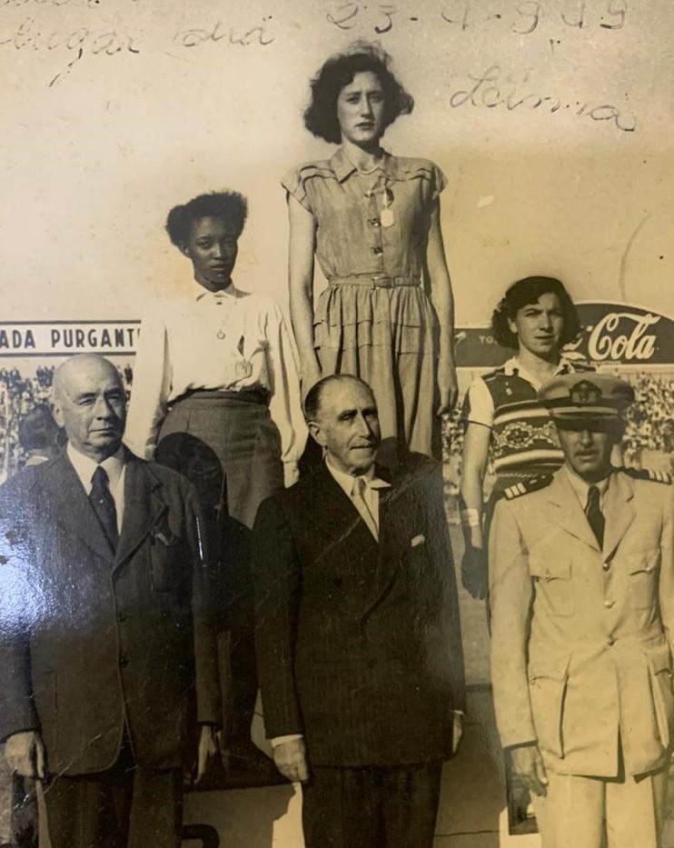 Melânia no pódio dos 200m do Sul-Americano em Lima, em 1949. Adriana Millar, do Chile, foi ouro, e Benedita Oliveira, do Brasil, foi bronze - Arquivo pessoal