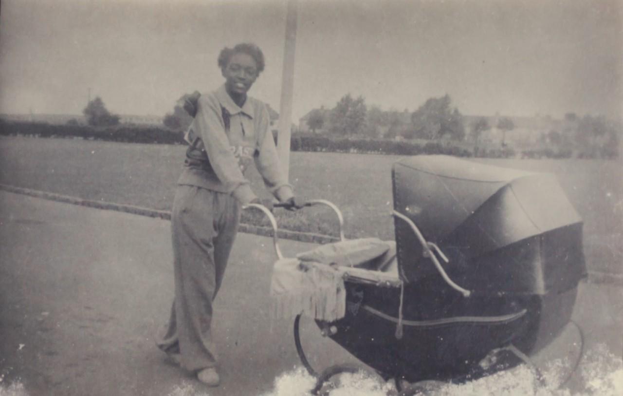 Melânia com uniforme do Brasil empurrando o carrinho de bebê - Arquivo pessoal