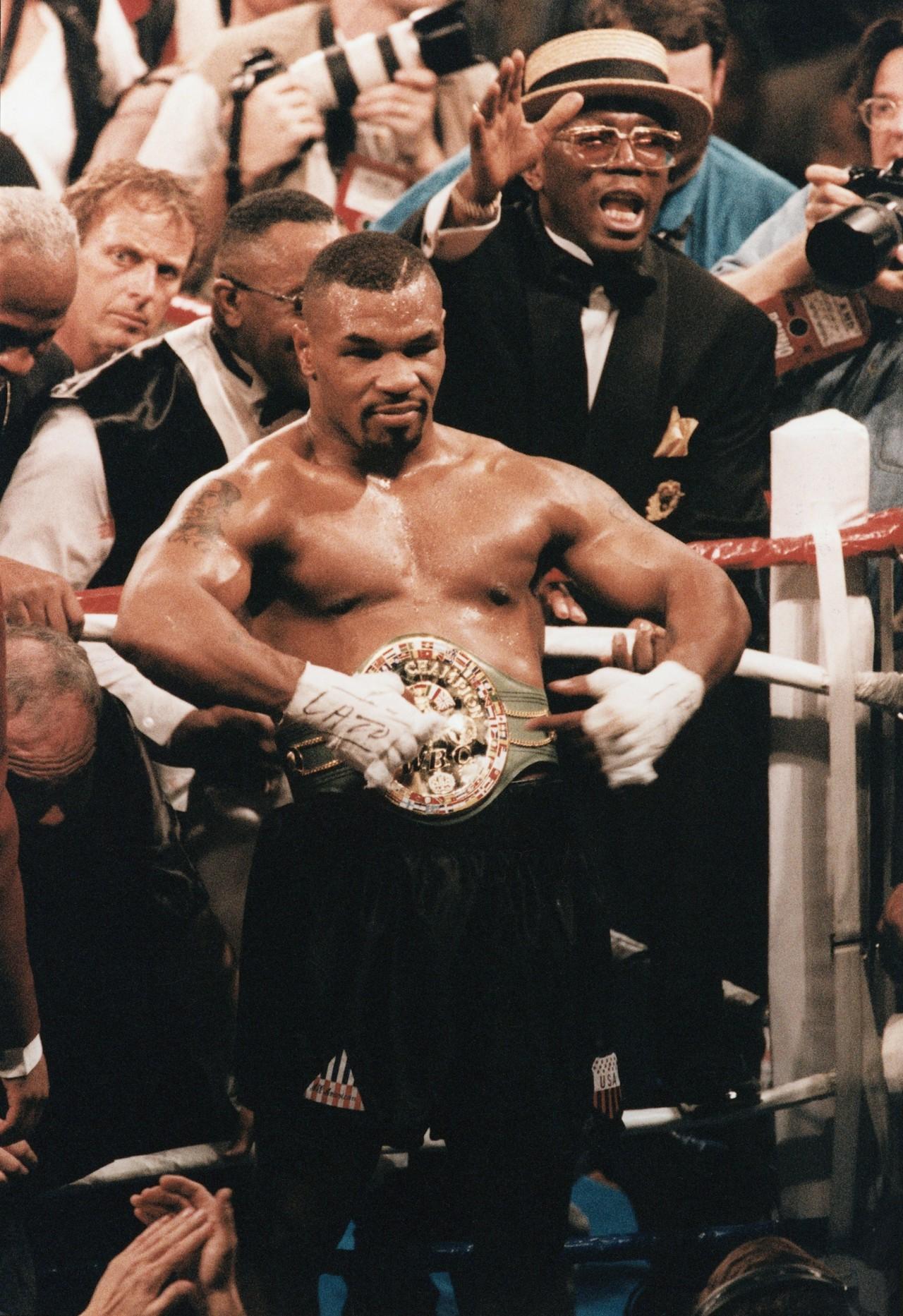 Mike Tyson com o cinturão de campeão após bater Frank Bruno - Bernd Wende/ullstein bild via Getty Images