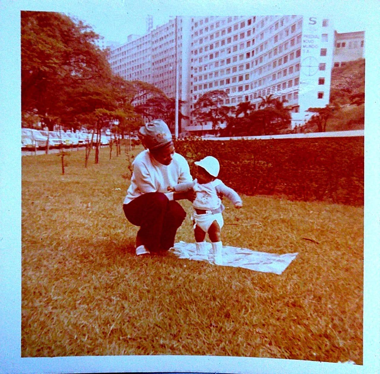 Alessandra com a mãe, que faleceu quando ela tinha apenas quatro anos - Arquivo pessoal