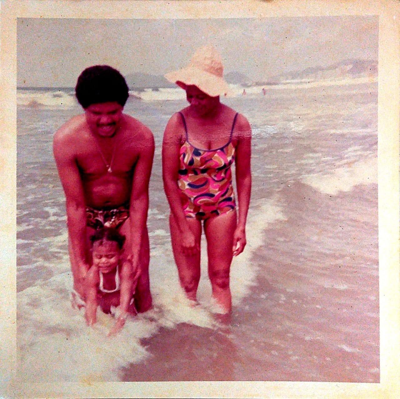 Alessandra bebê com o pai e com a mãe na praia - Arquivo pessoal