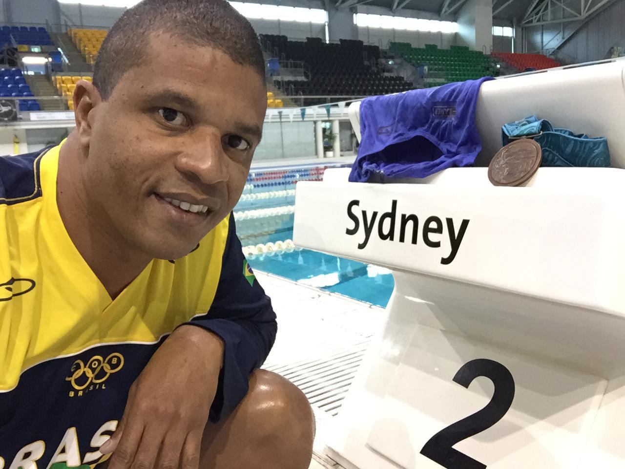 Edvaldo com a medalha de bronze, na raia em que a conquistou em Sydney - Arquivo Pessoal
