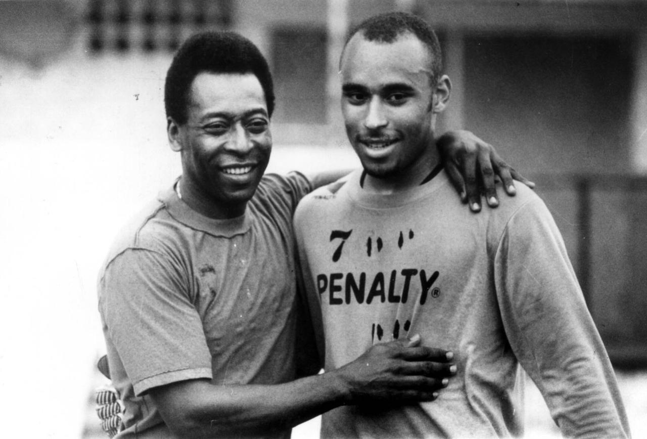 Edinho abraçado a Pelé em 1995, quando era jogador do Santos - WELLINGTON BUDIM DOS REIS/AGÊNCIA ESTADO