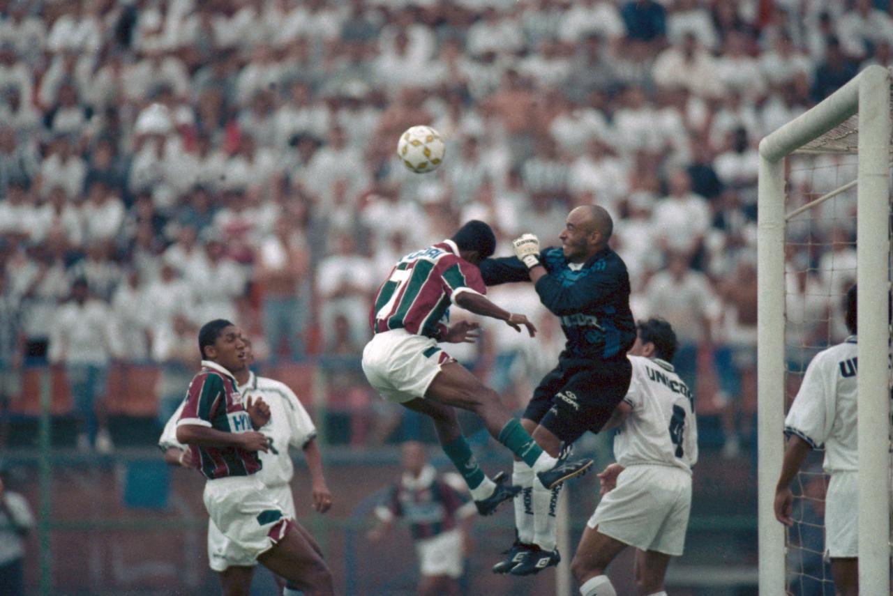 Edinho disputa jogada pelo alto em jogo contra o Fluminense em 1995 - PAULO PINTO/AGÊNCIA ESTADO