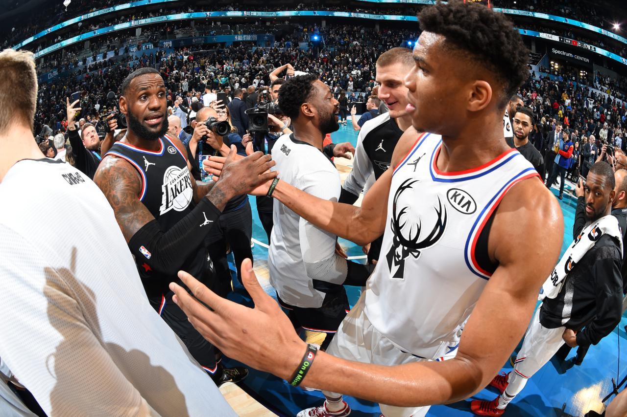 LeBron James e Giannis Antetokounmpo se cumprimentam após o All-Star 2019 - Andrew D. Bernstein/Getty Images