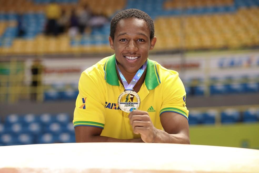 Angelo Assumpção foi campeão do salto na Copa do Mundo de São Paulo em 2015 - Ricardo Bufolin/CBG