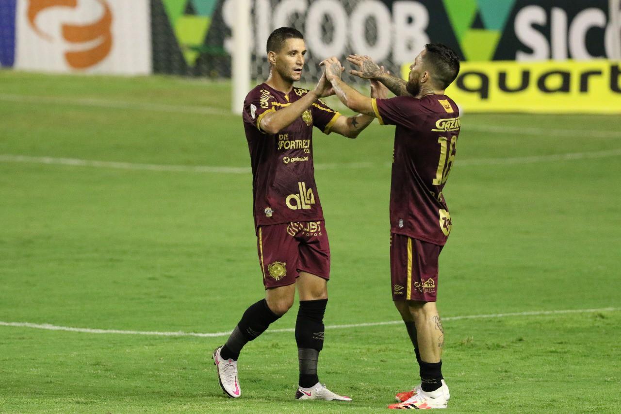 Thiago Neves e Jonatan Gómez, na estreia do meia-atacante pelo Sport - Marlon Costa / Pernambuco Press