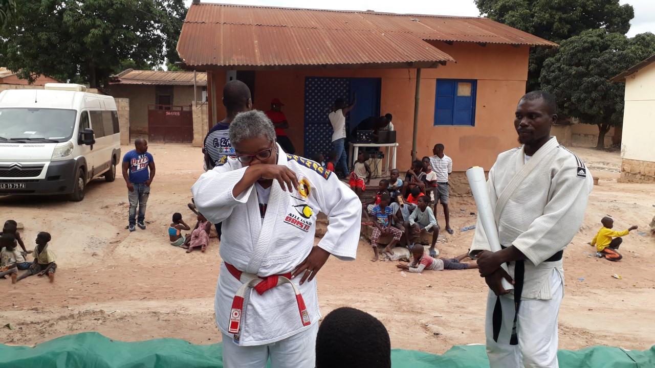 Soraia André em Angola com crianças judocas - Divulgação