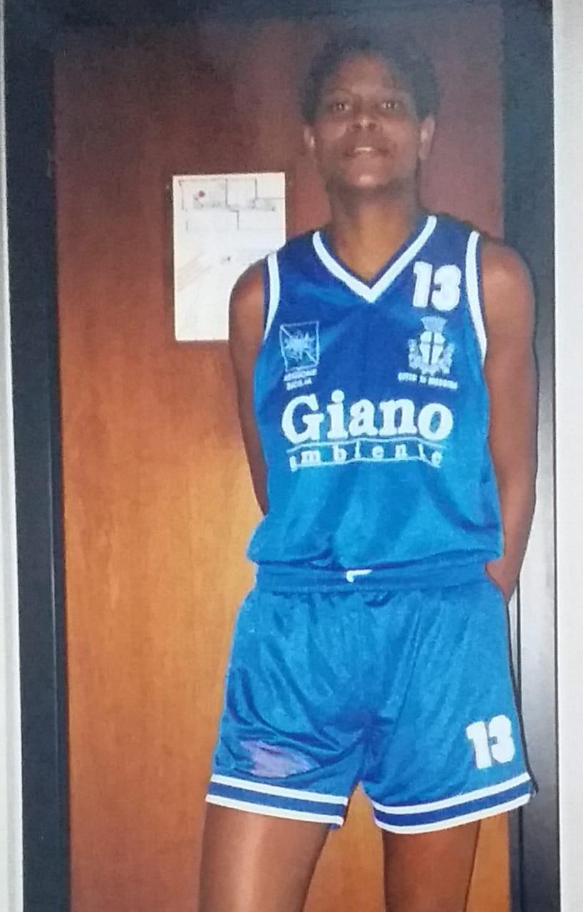 Alessandra com a camisa do P.C.R. Messina, da Itália, o primeiro clube da pivô fora do Brasil - Arquivo pessoal