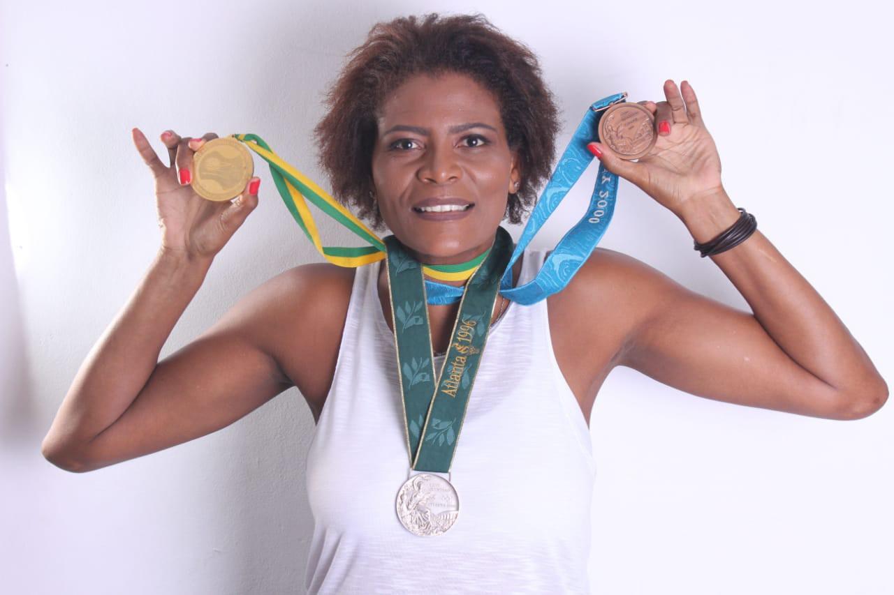 Alessandra com as maiores conquistas da carreira: as medalhas de ouro do Mundial de 94, de prata de Atlanta 96 e bronze de Sydney 2000 - Carlos Serrão