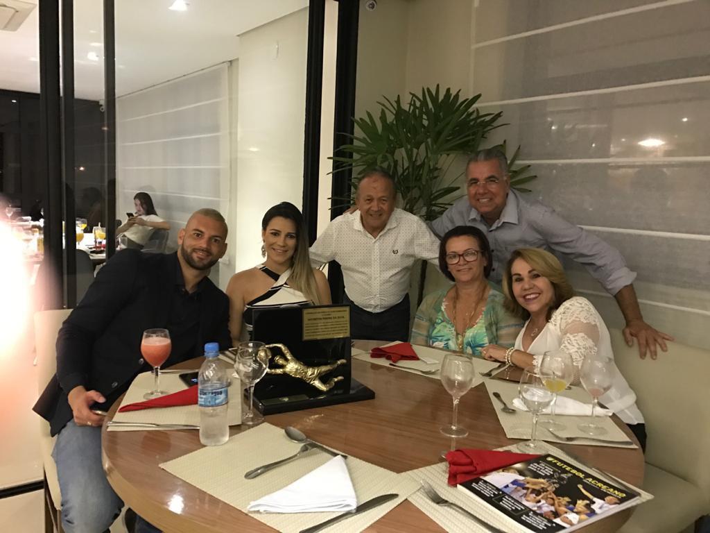 Weverton em homenagem na Federação de Futebol do Acre: com a esposa Jaqueline, Toniquim, presidente da federação, Illimani Suares, Dona Josefa e Norma, esposa de Illimani - Arquivo Pessoal