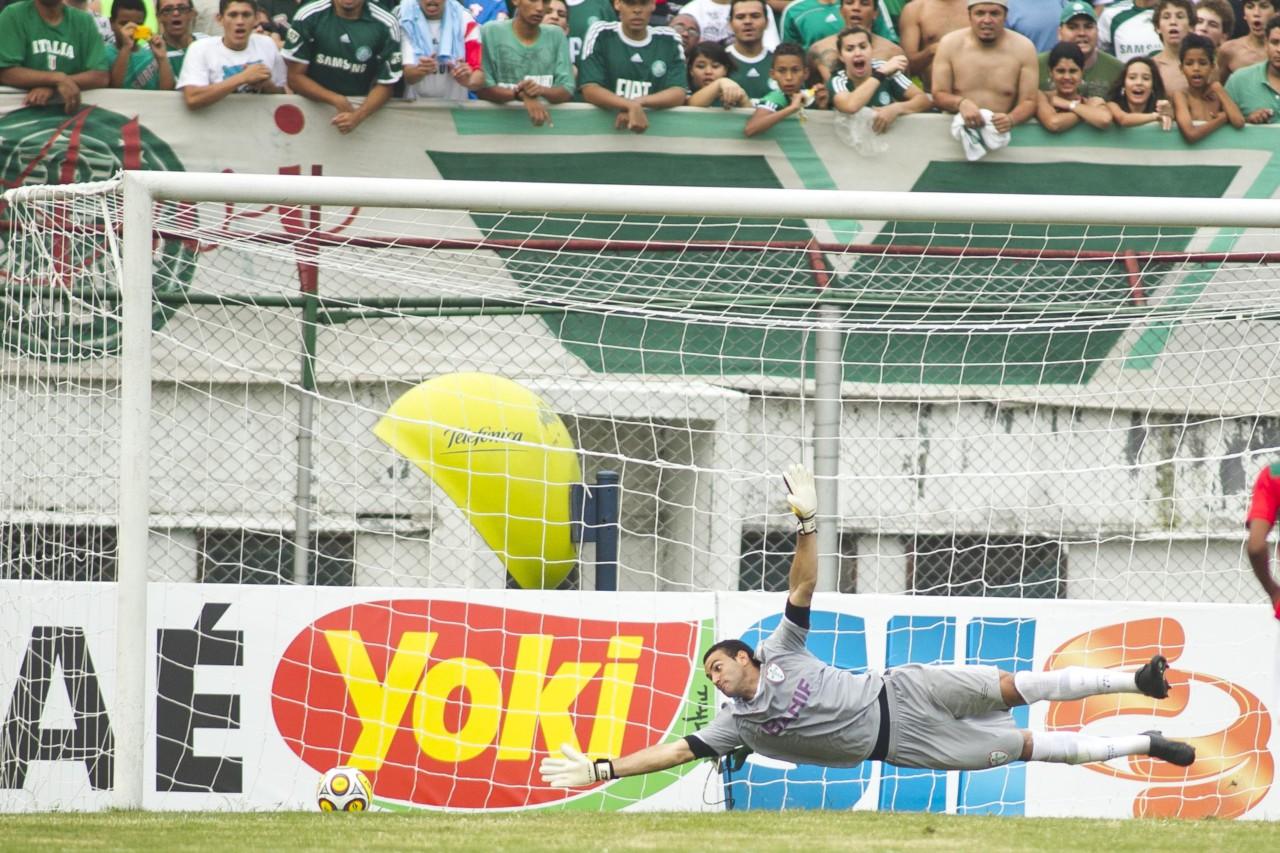 Weverton na Portuguesa, em 2011, em jogo contra o Palmeiras: Barcelusa foi decisiva na ascensão do goleiro - Getty Images