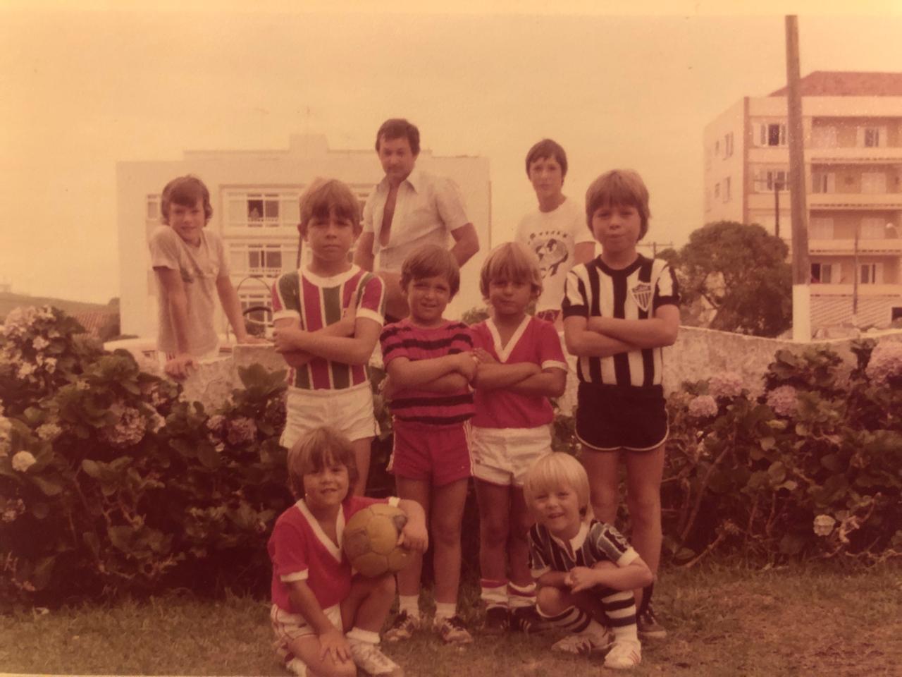 As crianças da família De Lorenzi (Lisca em pé, de braços cruzados, short branco e camisa do Inter); no fundo, seu pai, Paulo Roberto - Arquivo pessoal