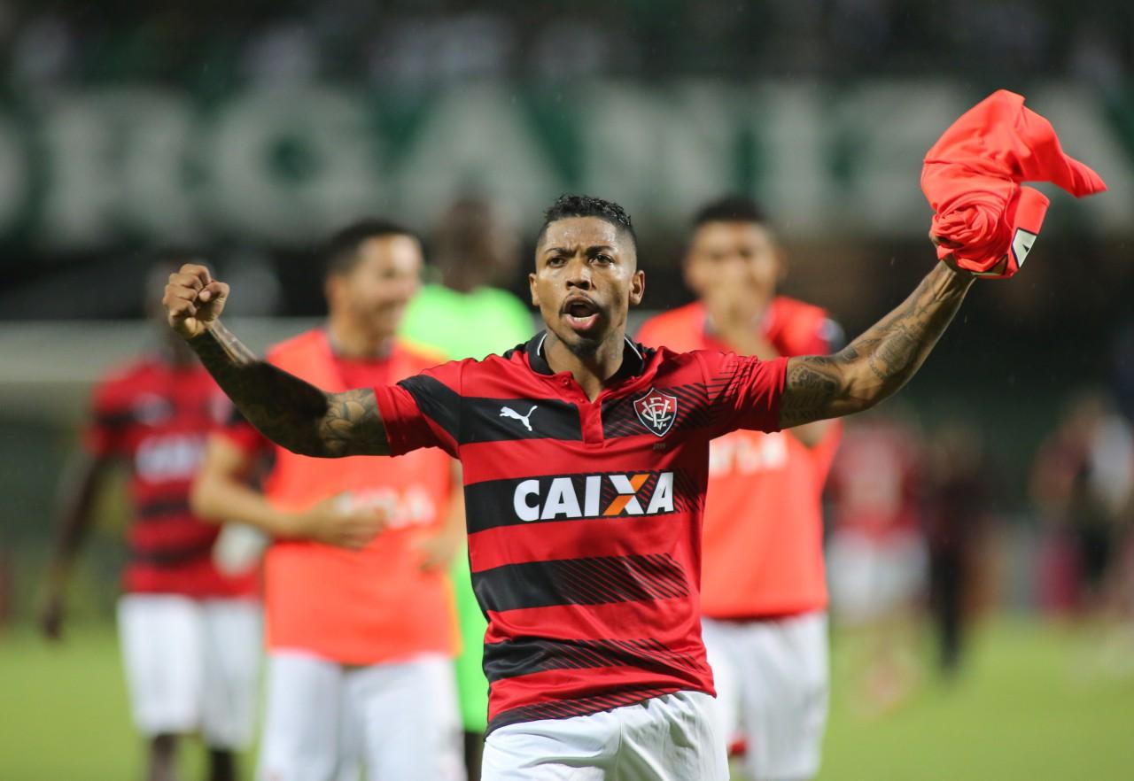 Marinho comemora triunfo do Vitória sobre o Coritiba em 2016 - Giuliano Gomes/PR Press
