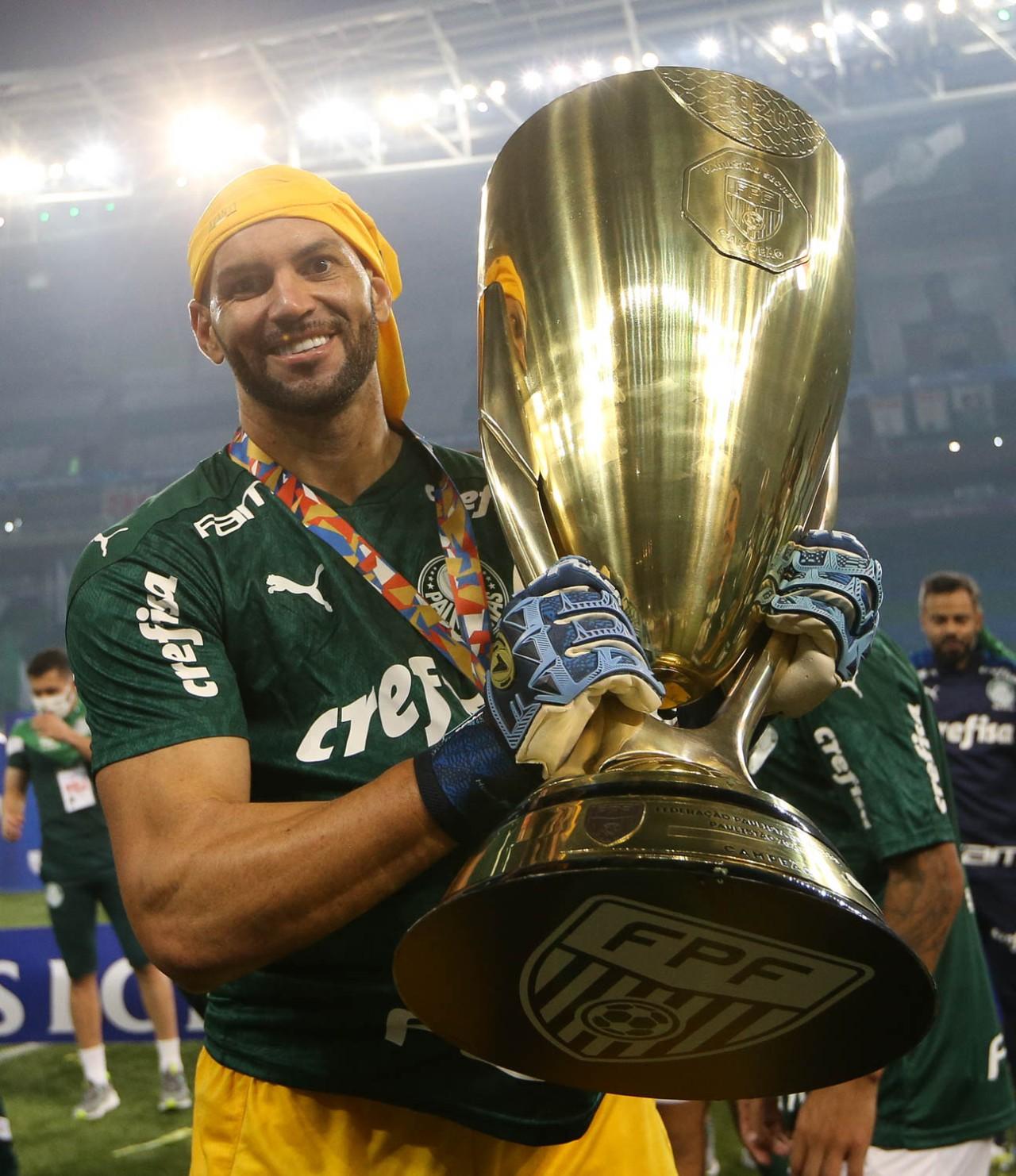 Weverton com a taça de campeão paulista de 2020: ele quer mais conquistas - César Greco/Ag. Palmeiras