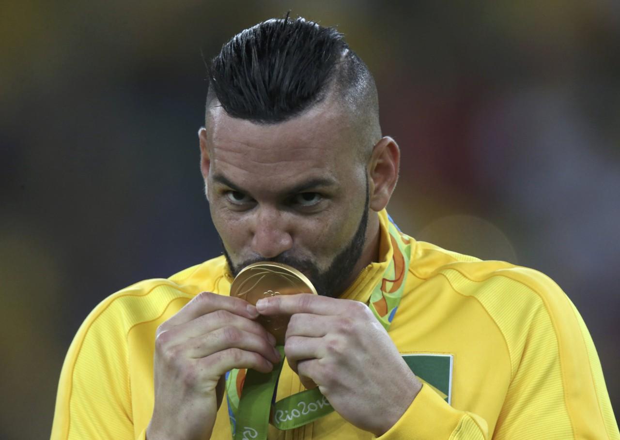 Weverton beija a medalha de ouro conquistada na Olimpíada do Rio, em 2016 - Reuters