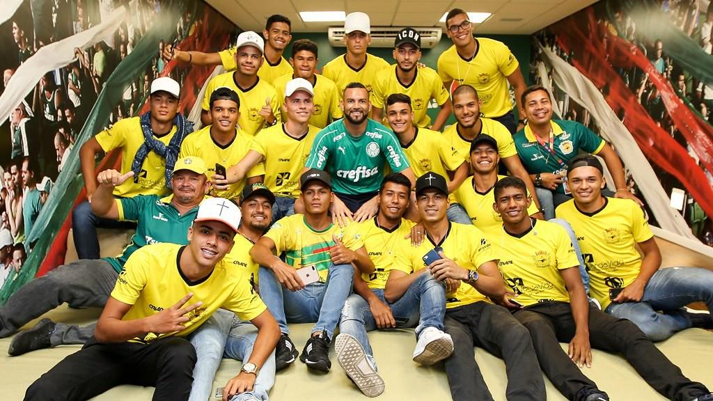 Weverton e o elenco do Galvez, do Acre, em visita ao estádio do Palmeiras - César Greco/Ag. Palmeiras