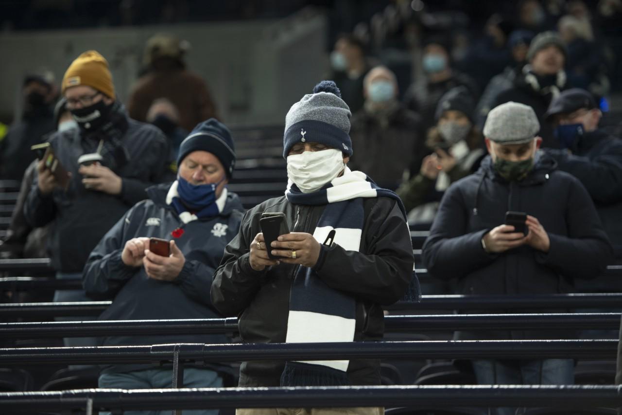 Torcedores do Tottenham hoje recebem as informações pelo celular - Getty Images