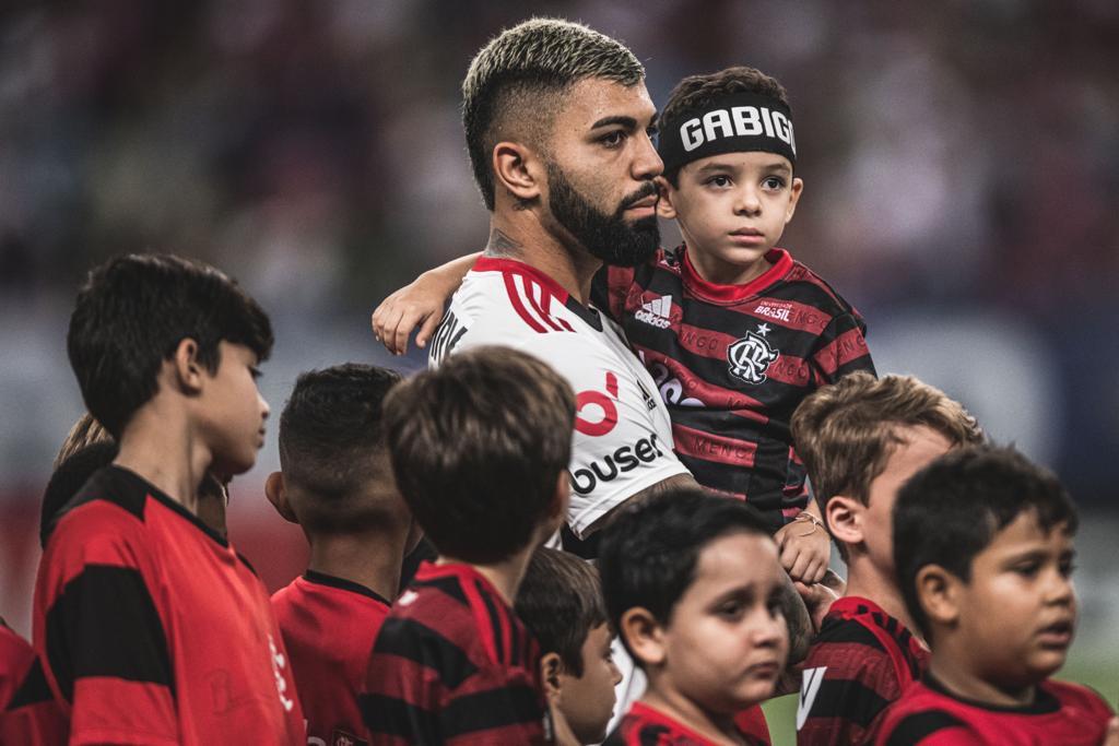 Gabigol com pequenos torcedores do Flamengo na entrada dem campo - Pedro Martins/ Foto FC