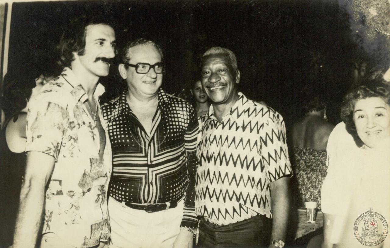 Já aposentado, Barbosa posa ao lado do então presidente do Vasco, Agathyrno da Silva Gomes, e de Orlando Lelé, lateral-direito nos anos 1970 - CPAD-CRVG