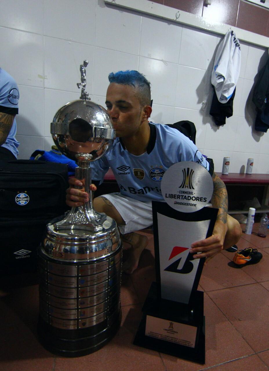 Luan com a taça da Libertadores e o prêmio de Rei da América em 2017, pelo Grêmio - Grêmio/Divulgação