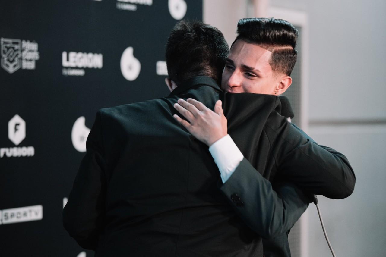 Gaules abraça Nobru, emocionado, no Prêmio eSports Brasil em 2020 - Saymon Sampaio