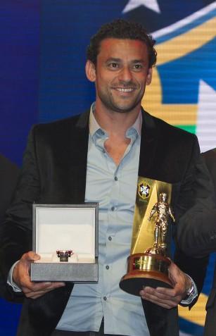 Fred recebe troféu de artilheiro do Campeonato Brasileiro de 2012 - CBF