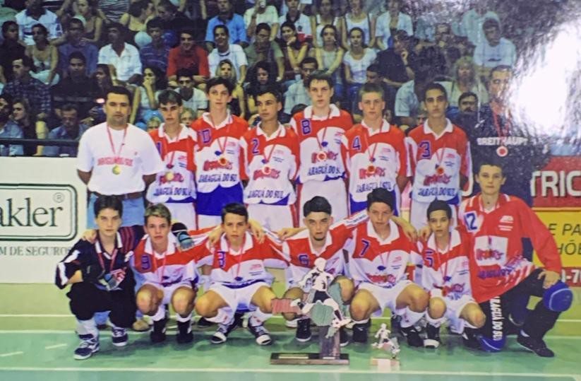 Filipe Luís de pé, com a camisa 10, no futsal de Jaraguá - Reprodução