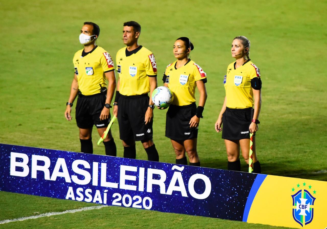 Árbitro e assistentes em ação durante o Brasileiro de 2020 - André Durão