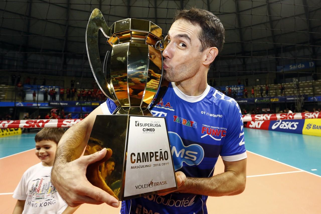 Raphael, do Taubaté, com o troféu de campeão da Superliga