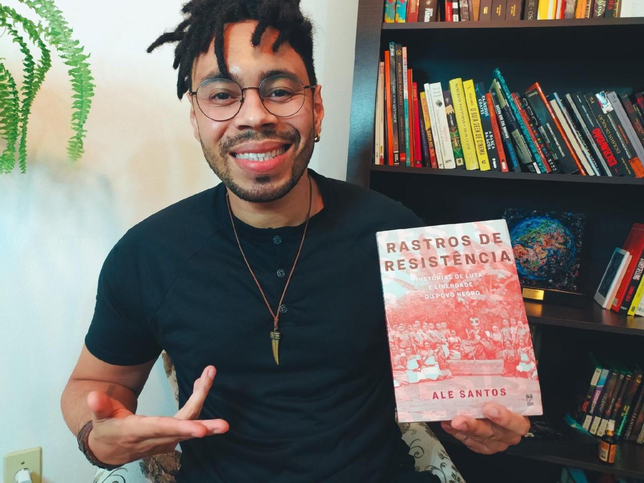 """Ale Santos é autor de """"Rastros de Resistência""""; com a obra, ele foi finalista do Prêmio Jabuti 2020 - Divulgação"""
