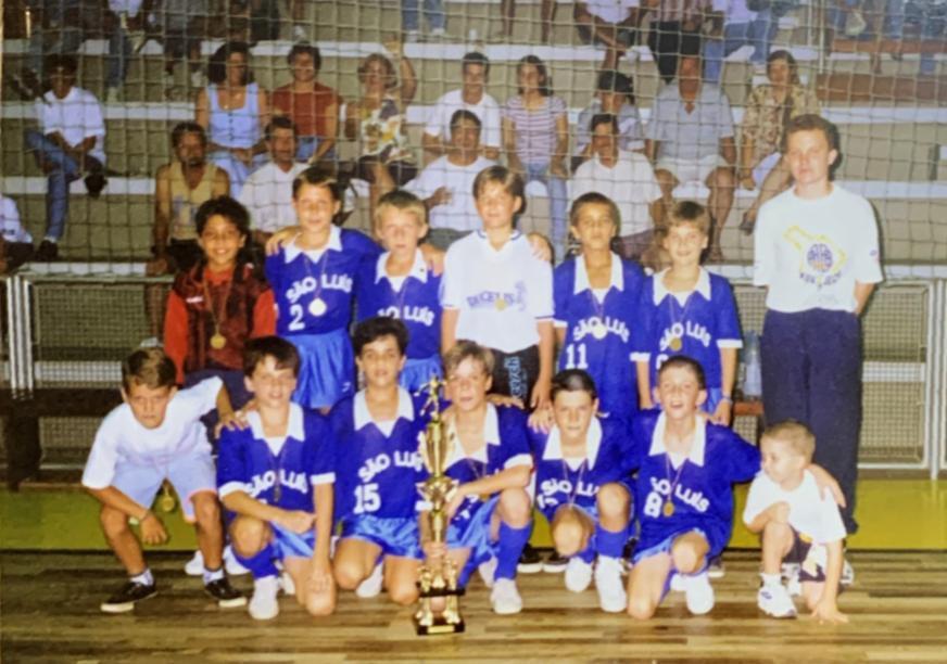 Filipe Luís veste a camisa 8, agachado, em um dos primeiros torneios no futsal - Reprodução