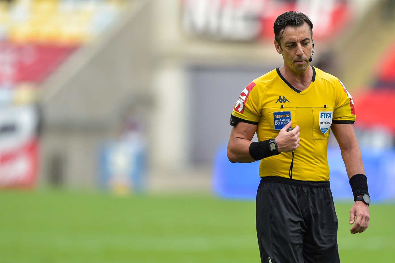 Raphael Claus, árbitro Fifa, faturou mais de R$ 30 mil só com taxas em janeiro - Thiago Ribeiro/AGIF