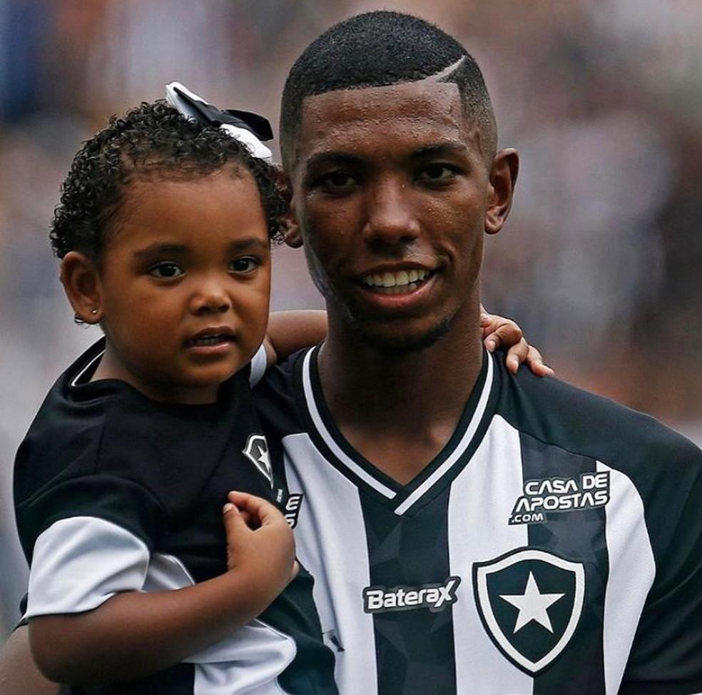 Kanu e a filha Sofia em jogo do Botafogo