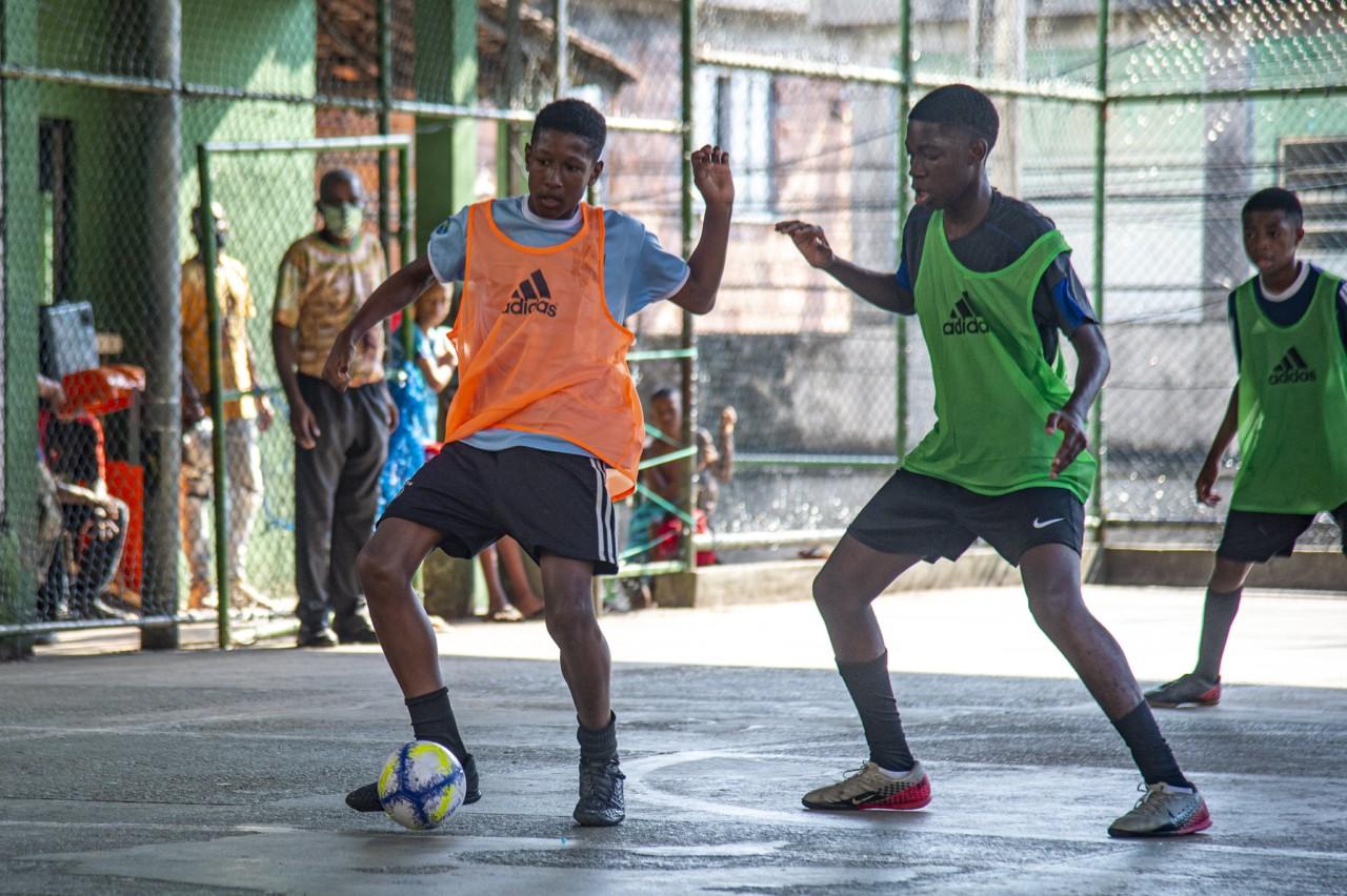 Jovens jogam futsal no Morro da Formiga, durante trabalho de captação do Flamengo - Marcelo Cortes / Flamengo