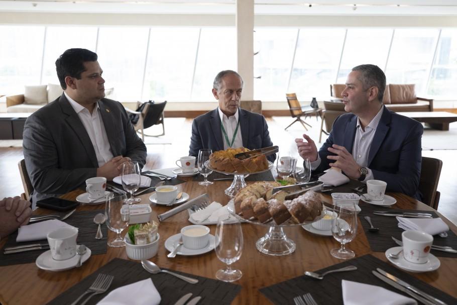 Feldman (C) e Caboclo com o então presidente do Senado, Davi Alcolumbre. Secretário-geral era o braço direito do presidente da CBF - Lucas Figueiredo/CBF