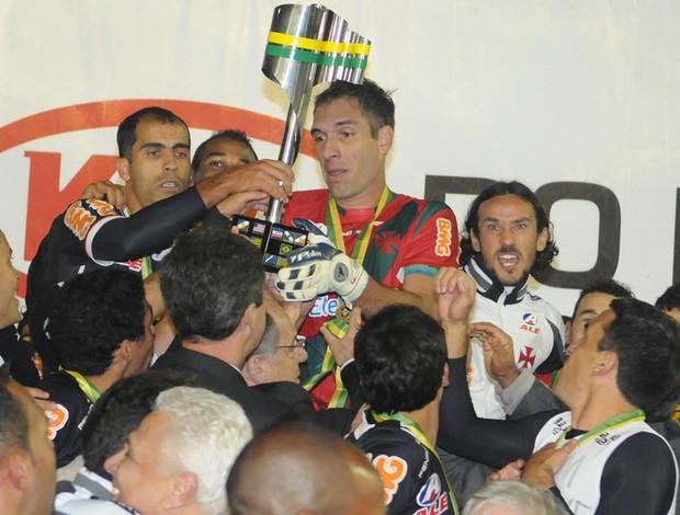 Fernando Prass levanta a taça da Copa do Brasil 2011, vencida pelo Vasco - André Durão