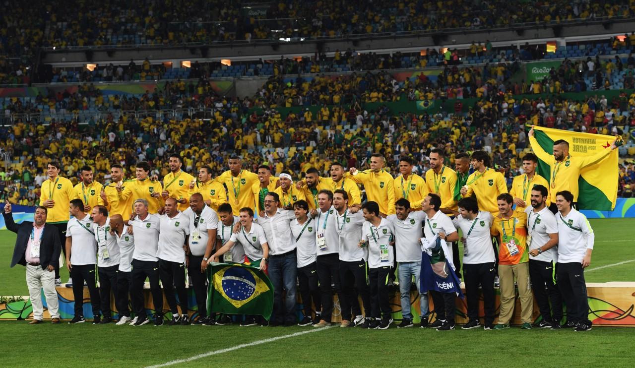 Brasil posa após a conquista do ouro na Rio 2016 - Stuart Franklin/FIFA