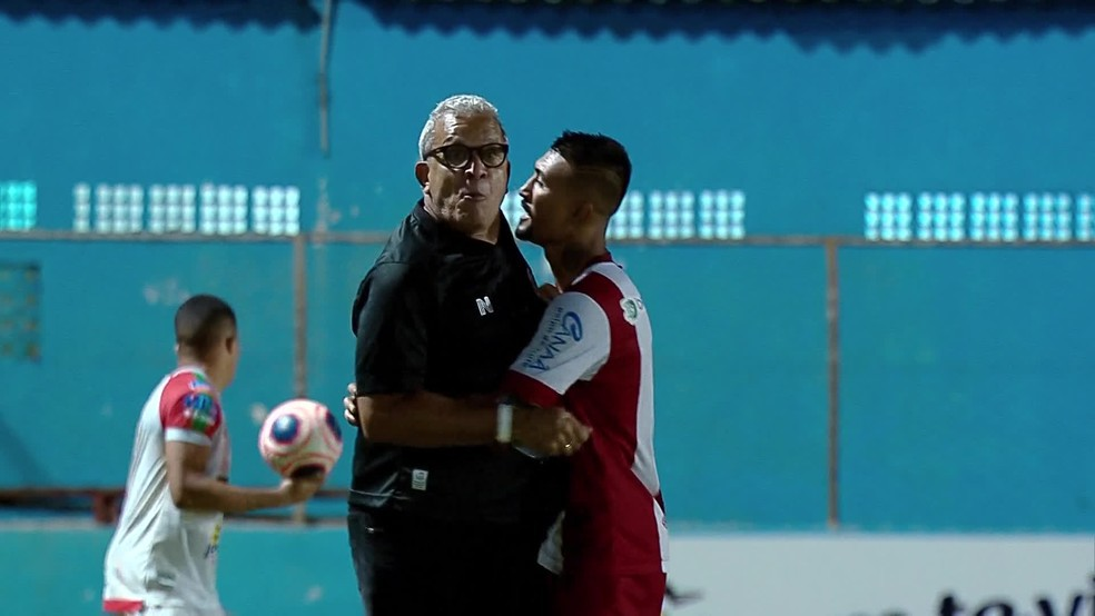 Hélio (E) precisa ser contido por Kieza (D) em reclamação contra arbitragem - Reprodução/TV Globo