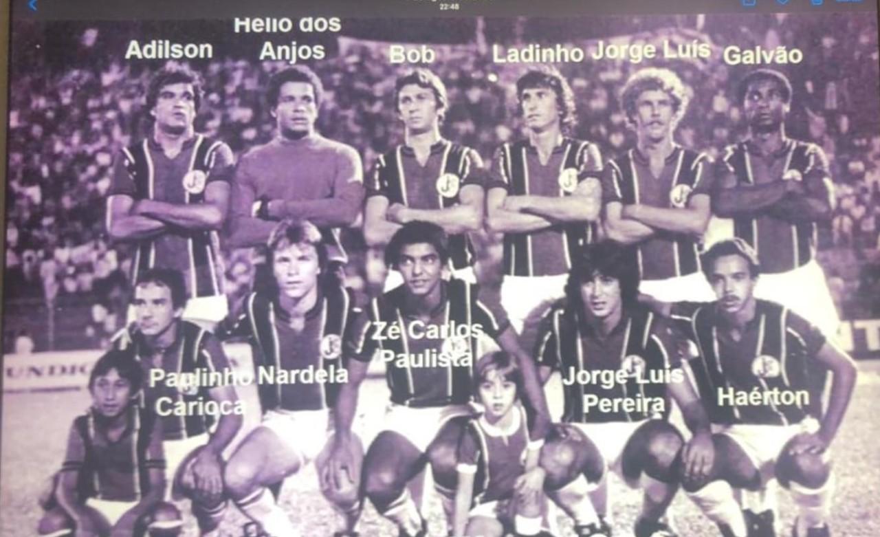 Hélio (segundo em pé da esquerda para direita) jogou no Joinville no começo dos anos 1980 - Arquivo Pessoal