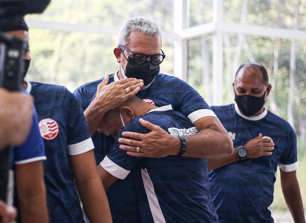 Hélio abraça massagista Paulinho, que ficou preso por 20 dias - Tiago Caldas/CNC